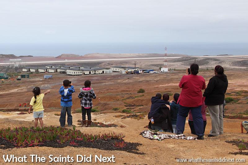 Les jeunes qui regardent le moment l'avion a atterri à distance.